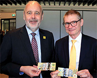 Vision Australia CEO Ron Hooton with Assistant Governor (Business Services) Lindsay Boulton holding a new $50 banknote at a Vision Australia event, October 2018